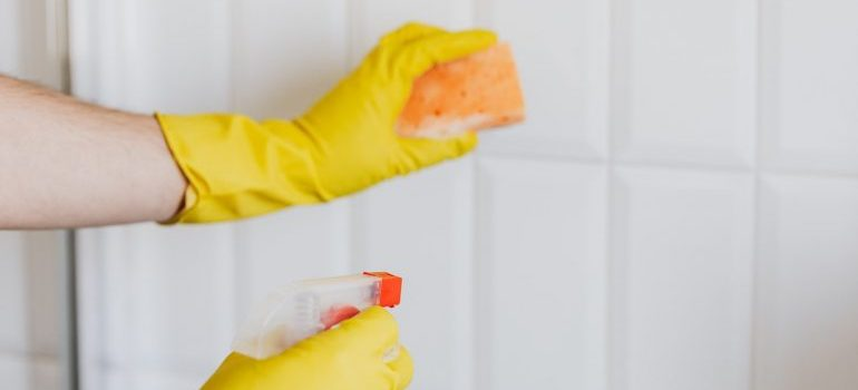 A picture with an example on how you should disinfect your storage.